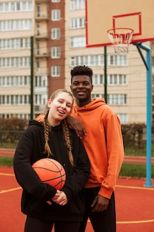 Adolescents jouant au basket en plein air