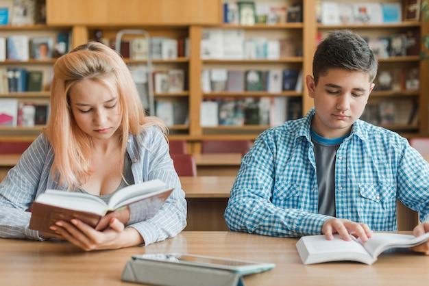 Adolescents, lecture à la table de la bibliothèque