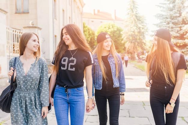 Adolescents marchant après l'école