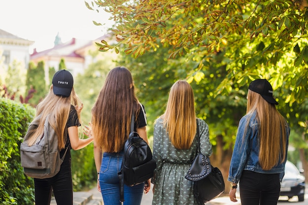 Adolescents méconnaissables marchant dans la rue