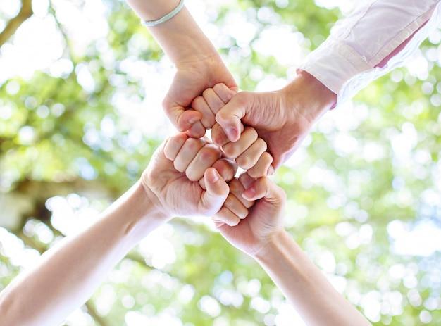 Les adolescents ont joint leurs mains en cercle