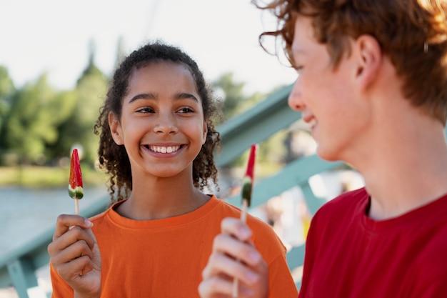 Les adolescents passent du temps ensemble en été