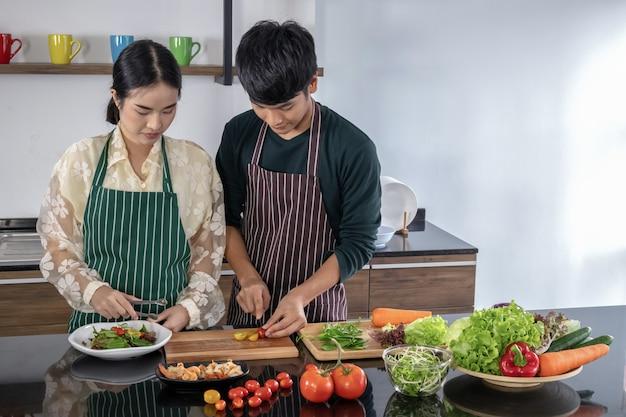 Les adolescents préparent une salade de crevettes dans la cuisine.