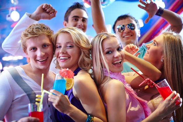 Les adolescents en riant à la discothèque