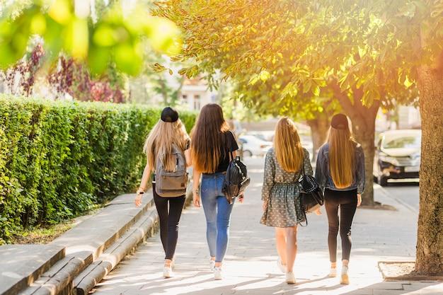 Adolescents avec des sacs à dos marchant sur la rue