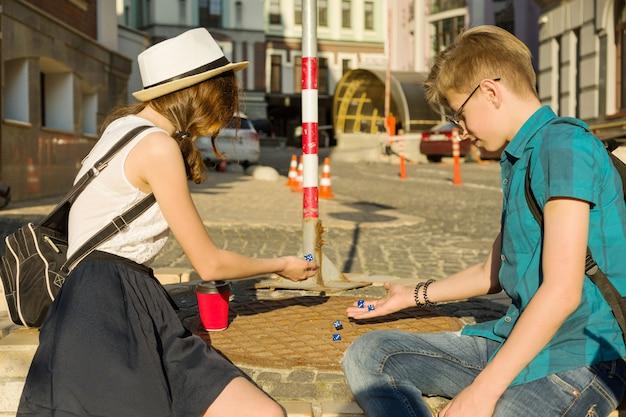 Adolescents se détendre et jouer à un jeu de société