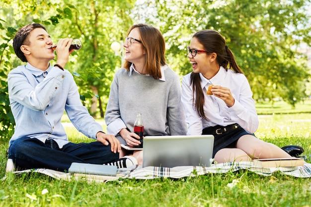 Adolescents se détendre sur la pelouse verte
