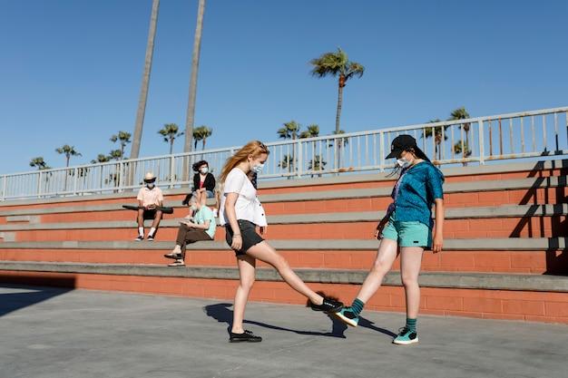 Les adolescents secouent les pieds dans la nouvelle normalité