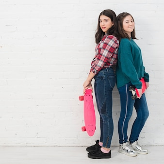 Adolescents avec skateboard