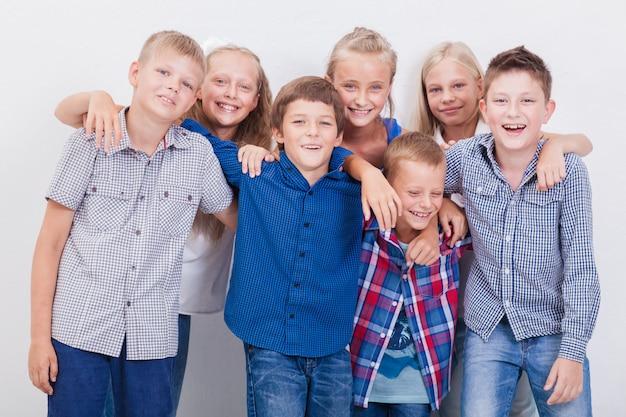 Les adolescents souriants sur blanc