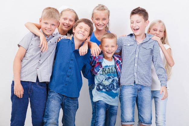 Les adolescents souriants heureux sur fond blanc.