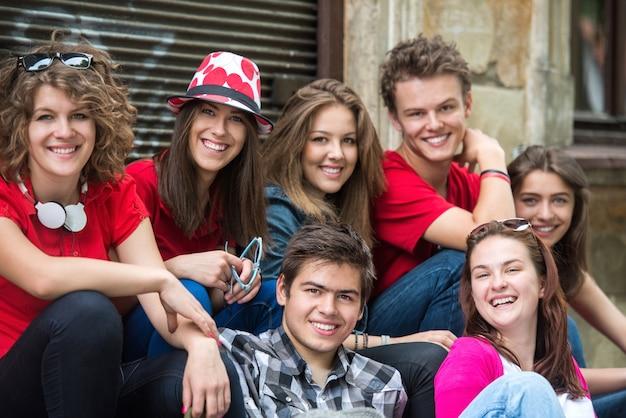 Adolescents souriants posant