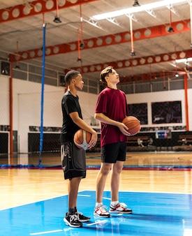 Adolescents, tenue, basketball, sur, les, équipe cour, et, concept aspiration