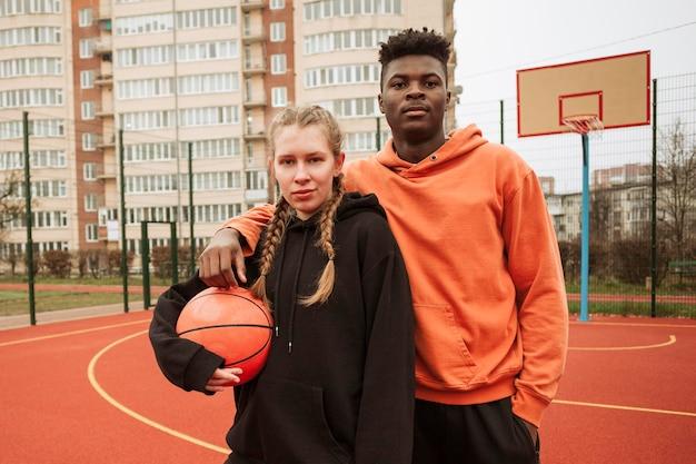 Adolescents sur le terrain de basket ensemble