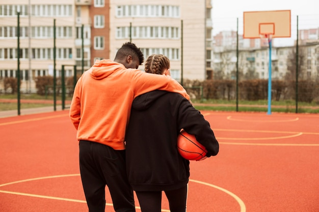 Adolescents sur le terrain de basket ensemble