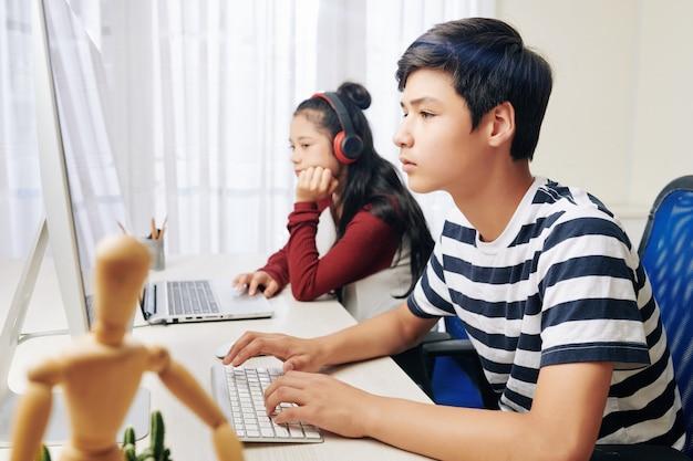 Adolescents travaillant sur des ordinateurs