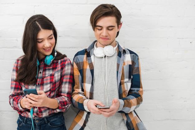 Adolescents utilisant un smartphone