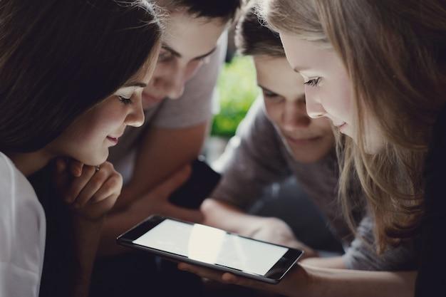Adolescents utilisant des téléphones portables