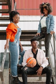 Adolescents vue de face posant ensemble