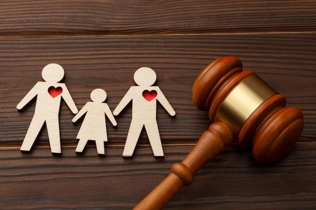 Adoption d'un enfant par un couple homosexuel juge gavel et les figures de deux gays avec enfant