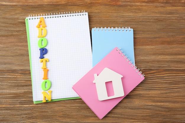 Adoption de mot et blocs-notes sur table en bois