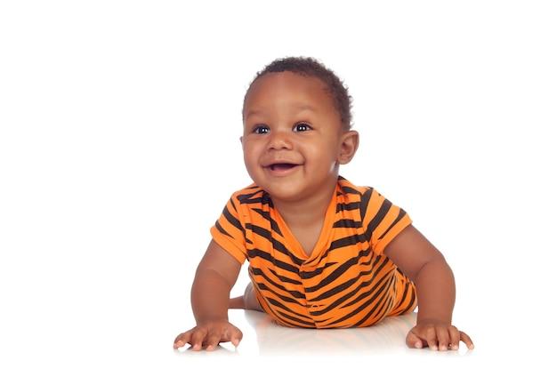 Adorable bébé africain allongé sur le sol