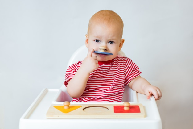 Adorable bébé faisant un puzzle en bois