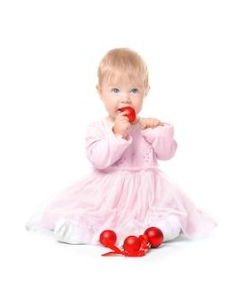 Adorable bébé jouant avec des boules de noël