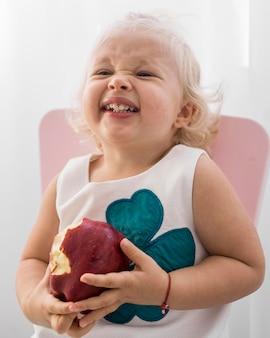 Adorable bébé jouant avec de la nourriture