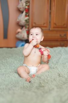 Adorable bébé nouveau-né mignon de 3 mois avec des couches