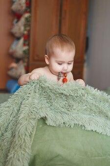 Adorable bébé nouveau-né mignon de 3 papillons avec des couches. joyeuse petite fille ou garçon regardant la caméra. concept de corps et de peau secs et sains pour les enfants. chambre de bébé
