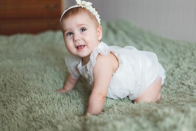 Adorable bébé nouveau-né mignon de 3 papillons de nuit avec des couches