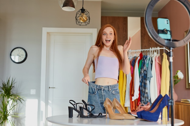 Une adorable blogueuse rousse partage sa joie avec ses abonnés