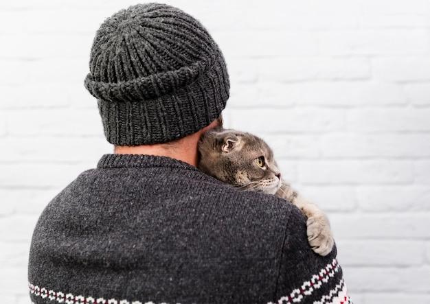 Adorable chat tenu par le propriétaire