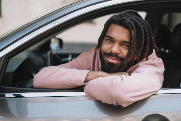 Adorable chauffeur posant vue de face