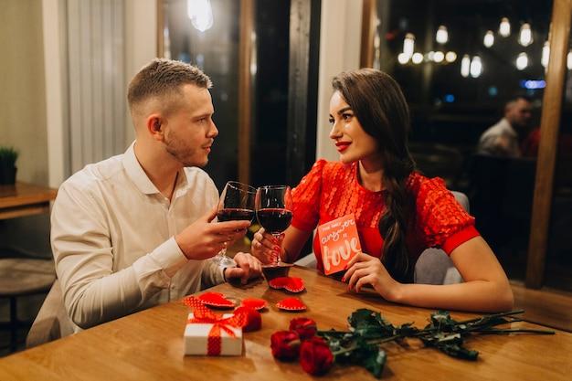 Adorable couple d'amoureux avec du vin au café