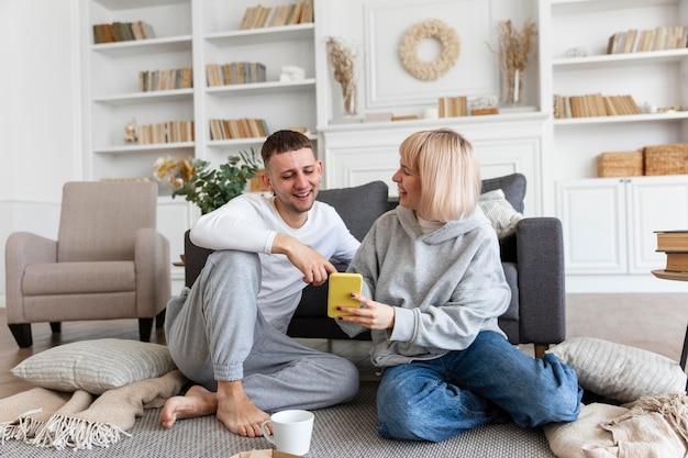 Adorable couple passant du temps de qualité ensemble à la maison