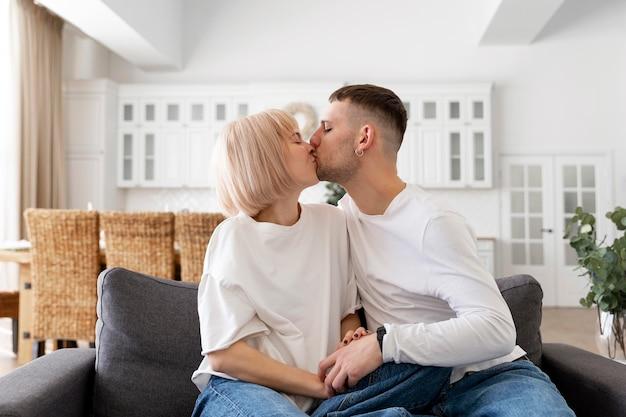 Adorable couple passer du temps ensemble à la maison