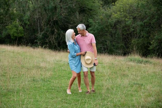 Adorable couple de personnes âgées ayant du temps de qualité à l'extérieur