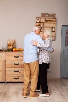 Adorable couple de personnes âgées dansant ensemble
