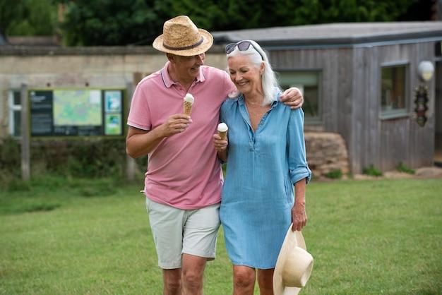 Adorable couple de personnes âgées dégustant une glace ensemble à l'extérieur