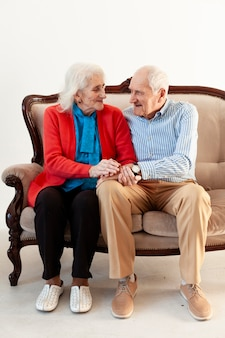 Adorable couple de personnes âgées ensemble
