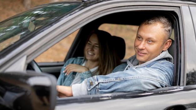 Adorable couple profitant d'un road trip ensemble