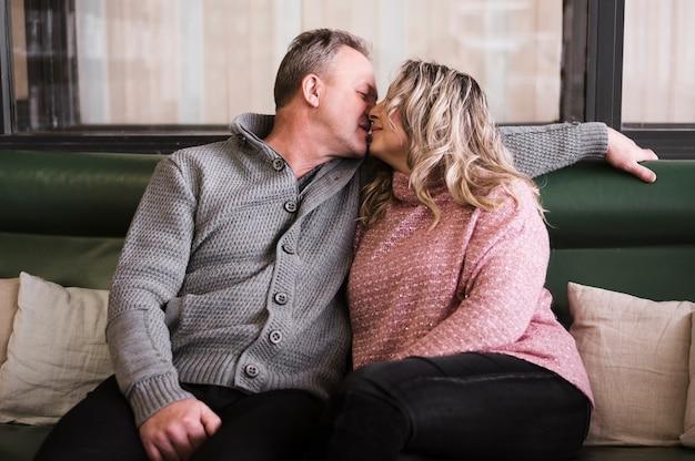 Adorable, couples aînés, baisers, vue frontale