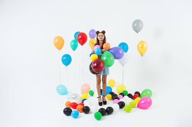 Adorable écolière en vêtements de fantaisie posant sur le bal