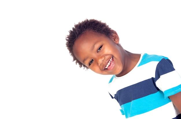 Adorable enfant afro-américain regardant la caméra