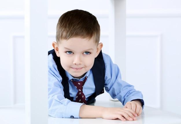 Adorable enfant en costume