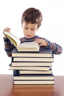 Adorable enfant étudiant un fond blanc