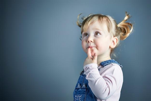 Adorable enfant fille tourné en studio