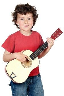 Adorable enfant avec une guitare sur fond blanc